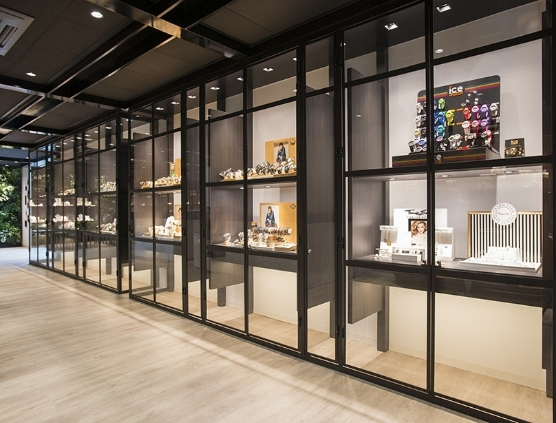 interieur van juwelier puur in waalwijk ook de gevel pakten we aan met een luifel van messing inclusief letters is de winkel makkelijk te herkennen